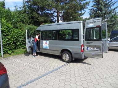 Eines der zur Verfügung gestellten Fahrzeuge, charmant pilotiert von Katharina